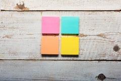 Tabela de madeira branca retro com notas pegajosas coloridas Imagens de Stock