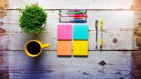 Tabela de madeira branca retro com notas pegajosas coloridas vazias Imagem de Stock Royalty Free
