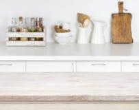 Tabela de madeira clara com imagem do bokeh do interior do contador de cozinha fotografia de stock royalty free