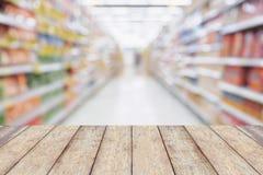 Tabela de madeira com as prateleiras vazias do corredor do supermercado foto de stock