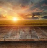 Tabela de madeira com cena rural no fundo Imagens de Stock Royalty Free