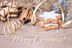 Tabela de madeira com decorações do Natal e cookies de manteiga mer fotografia de stock royalty free