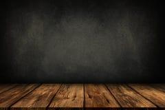 Tabela de madeira com fundo cinzento da parede fotografia de stock