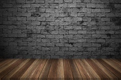 Tabela de madeira com fundo da parede de tijolo Imagens de Stock Royalty Free