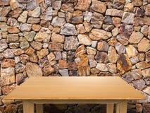 Tabela de madeira com fundo de pedra marrom Foto de Stock
