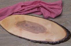 Tabela de madeira com placa de corte Imagens de Stock
