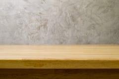 Tabela de madeira com projeto concreto do sótão Foto de Stock Royalty Free
