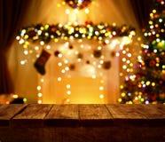 Tabela de madeira da cozinha do Natal, luzes da noite do feriado do Xmas, mesa Imagem de Stock