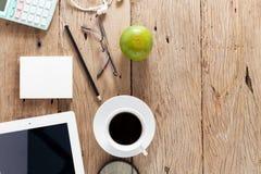 A tabela de madeira da mesa de escritório do local de trabalho do negócio e o negócio objetam Fotografia de Stock