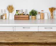 Tabela de madeira de Brown com imagem do bokeh do interior do banco da cozinha Imagem de Stock