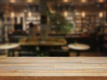 Tabela de madeira de Mpty e fundo borrado do café Fotografia de Stock