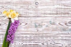 Tabela de madeira decorada com flores, vista superior Foto de Stock Royalty Free