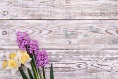 Tabela de madeira decorada com flores, vista superior da Páscoa Fotos de Stock Royalty Free