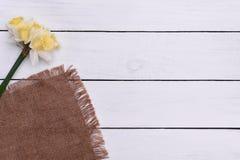 Tabela de madeira decorada com flores, vista superior da Páscoa Foto de Stock
