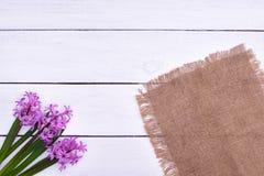 Tabela de madeira decorada com flores, vista superior da Páscoa Foto de Stock Royalty Free