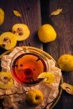 Tabela de madeira do marmelo do fruto do copo da tintura Fotografia de Stock