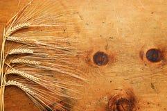 Tabela de madeira do vintage com os spikelets do trigo Imagens de Stock Royalty Free