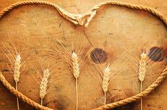 Tabela de madeira do vintage com os spikelets do trigo e da corda Foto de Stock