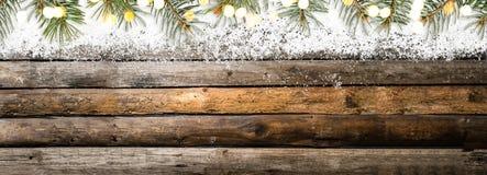 Tabela de madeira do vintage nevado imagens de stock royalty free