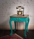 Tabela de madeira do vintage verde e grupo de telefone dourado velho foto de stock royalty free
