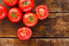Tabela de madeira dos tomates vermelhos maduros Imagem de Stock Royalty Free