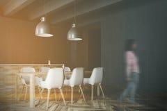 Tabela de madeira e borrão cinzento da cozinha das bancadas Imagem de Stock Royalty Free
