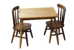 Tabela de madeira e cadeiras das crianças isoladas Imagens de Stock Royalty Free