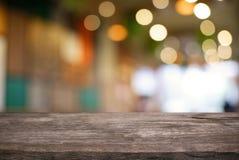 A tabela de madeira escura vazia na frente do sumário borrou o backg do bokeh Fotografia de Stock Royalty Free