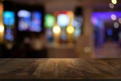 A tabela de madeira escura vazia na frente do sumário borrou o backg do bokeh Imagem de Stock Royalty Free