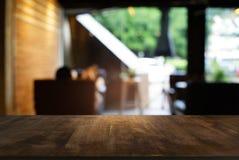 A tabela de madeira escura vazia na frente do sumário borrou o backg do bokeh Fotos de Stock Royalty Free
