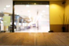 A tabela de madeira escura vazia na frente do sumário borrou o fundo Imagem de Stock