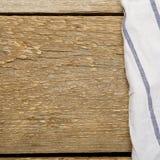 Tabela de madeira feita das pranchas com toalha branca Foto de Stock Royalty Free