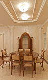 Tabela de madeira luxuoso e cadeiras da sala de jantar Foto de Stock