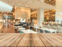 Tabela de madeira marrom da perspectiva sobre o borrão no fundo da cafetaria imagem de stock royalty free