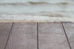 Tabela de madeira marrom vazia da textura com fundo da natureza do mar Imagens de Stock
