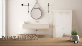 A tabela de madeira, a mesa ou a prateleira com a planta em pasta da grama, as chaves da casa e 3D rotulam a fatura do design de  Fotografia de Stock