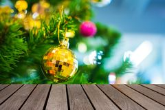 Tabela de madeira na bola amarela que pendura no ramo do tre do Natal Imagem de Stock