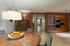 Tabela de madeira na cozinha contemporânea imagens de stock royalty free