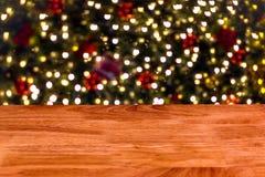 A tabela de madeira na frente do sumário borrou o fundo das luzes fotografia de stock royalty free