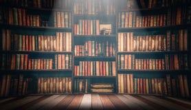 Tabela de madeira na imagem borrada muitos livros velhos na estante na biblioteca Fotos de Stock