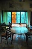 Tabela de madeira na sala de jantar Fotografia de Stock