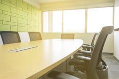 Tabela de madeira na sala de reunião com luz solar do absorvente sadio da janela Imagem de Stock Royalty Free