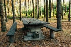 Tabela de madeira no acampamento da floresta Imagens de Stock Royalty Free