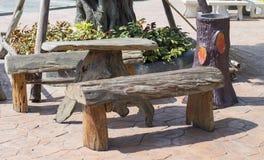 Tabela de madeira no jardim Imagens de Stock