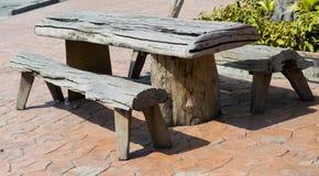 Tabela de madeira no jardim Imagem de Stock Royalty Free