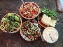 A tabela de madeira preparou-se com os pratos frescos da culinária armênia Fotos de Stock Royalty Free
