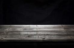 Tabela de madeira preta para a apresentação do produto, fundo escuro imagem de stock royalty free