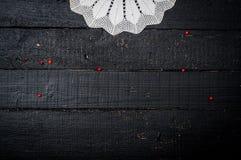 Tabela de madeira retro com doily Imagem de Stock