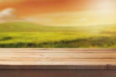 Tabela de madeira sobre o fundo bonito da paisagem do borrão para a montagem do produto fotos de stock