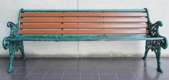 Tabela de madeira, sofá Imagens de Stock Royalty Free